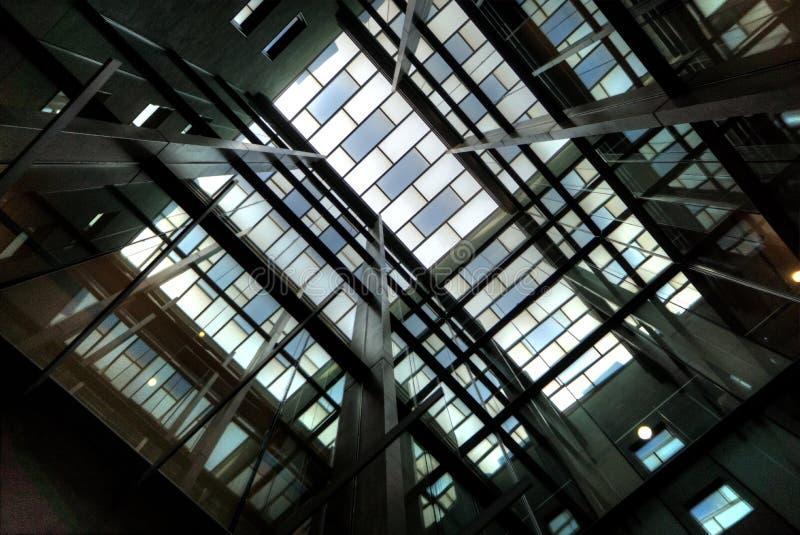 Vista ascendente nell'atrio moderno della costruzione fotografie stock libere da diritti