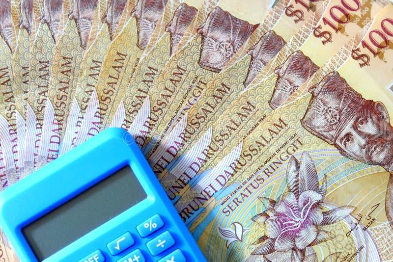 Vista ascendente próxima da cédula de Brunei Darussalam Darussalam Dinheiro com calculadora Dólar fotos de stock