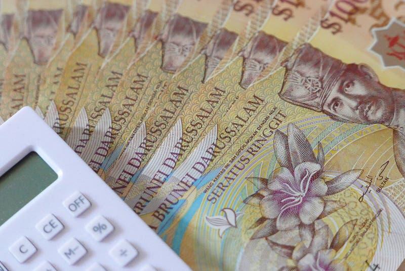 Vista ascendente próxima da cédula de Brunei Darussalam Darussalam Dinheiro com calculadora Dólar fotos de stock royalty free