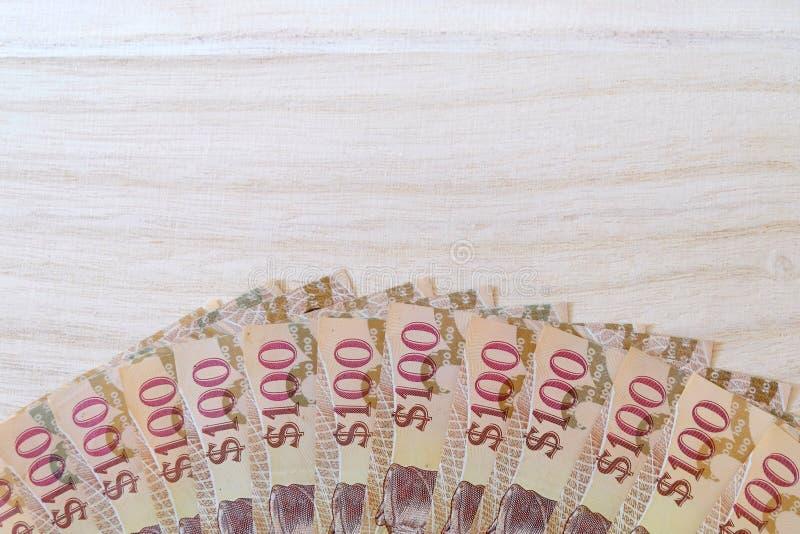Vista ascendente próxima da cédula de Brunei Darussalam Darussalam no dólar no fundo de madeira Copie o espaço para o texto ou o  imagem de stock royalty free