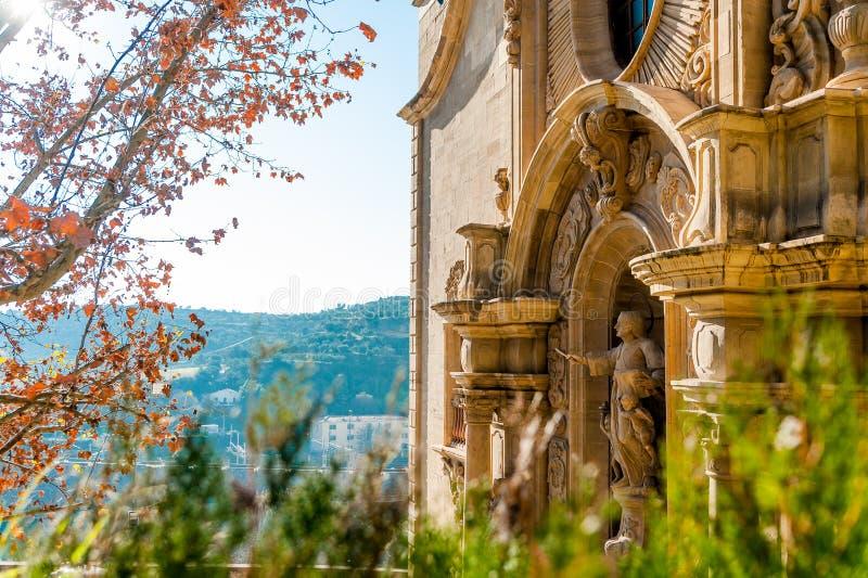 Vista ascendente próxima da fachada dianteira da basílica escolar de Santa Maria Seu na cidade de Manresa na região do catalunya  fotos de stock