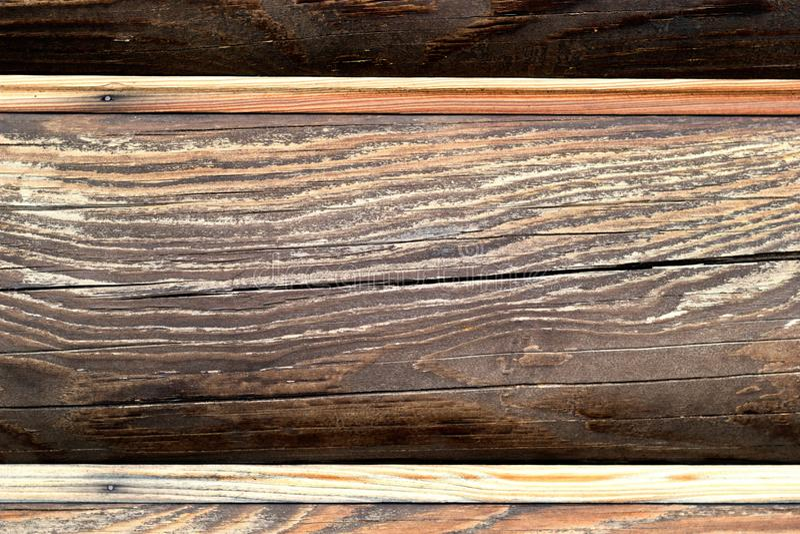 Vista ascendente próxima da parede de madeira da casa de log Fundo com espa?o da c?pia Textura do marrom escuro foto de stock royalty free