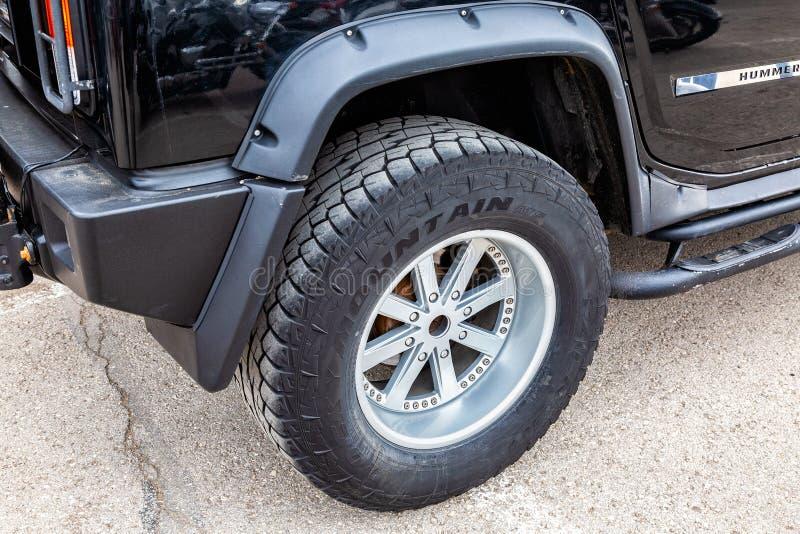 Vista ascendente próxima da roda do veículo de Hummer imagem de stock royalty free