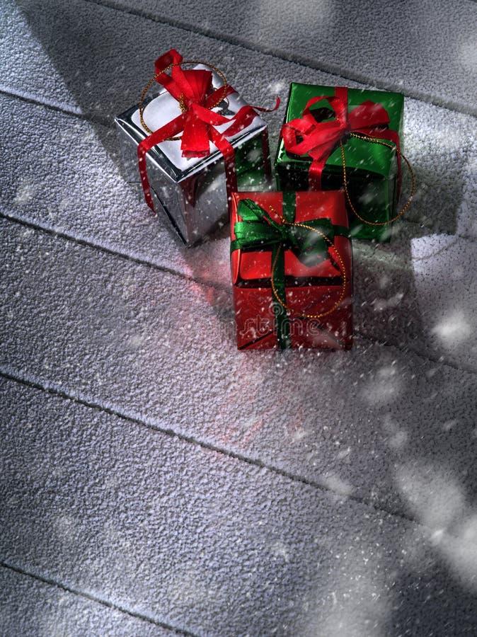 Vista ascendente próxima das caixas de presente em de madeira bloqueado pela neve imagens de stock royalty free