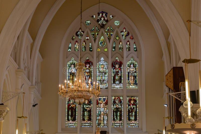 Vista ascendente próxima das janelas de vitral do santuário na igreja da catedral de Cristo Lagos fotografia de stock