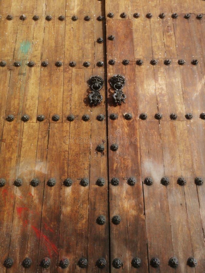 Vista ascendente próxima das portas da porta dianteira de uma igreja velha foto de stock