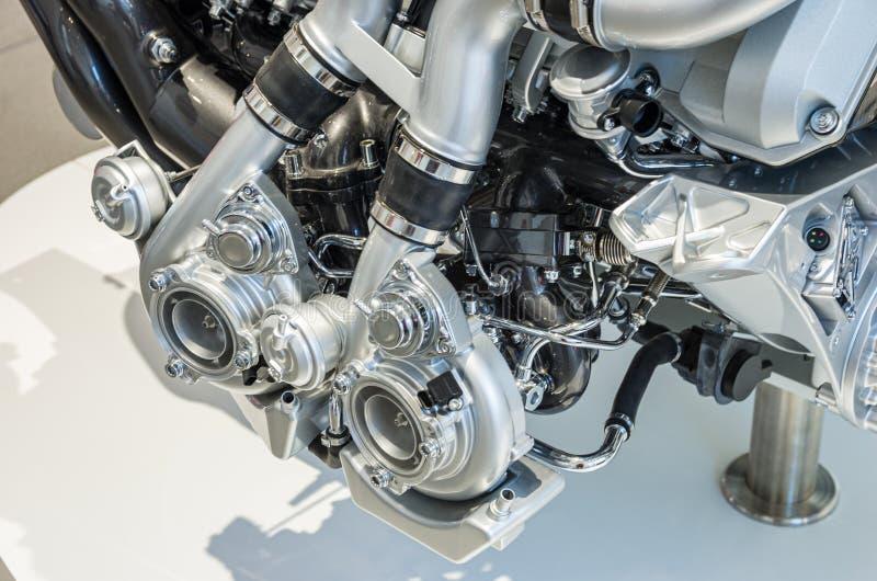 Vista ascendente próxima de dois turbocompressores em um carro do motor do elevado desempenho fotografia de stock