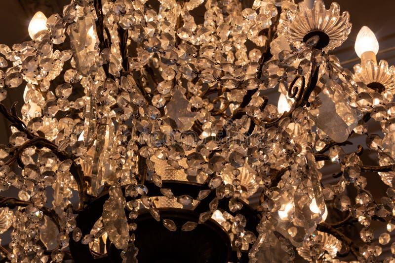 Vista ascendente próxima de um candelabro de cristal antigo fotografia de stock royalty free