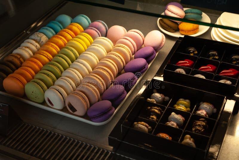 Vista ascendente próxima do café da mostra com doces e bolo Macarons e doces feitos a mão fotografia de stock