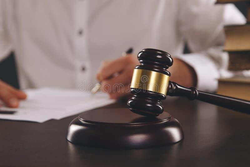 Vista ascendente próxima do martelo de madeira Advogado masculino que trabalha com documentos de papel imagem de stock royalty free