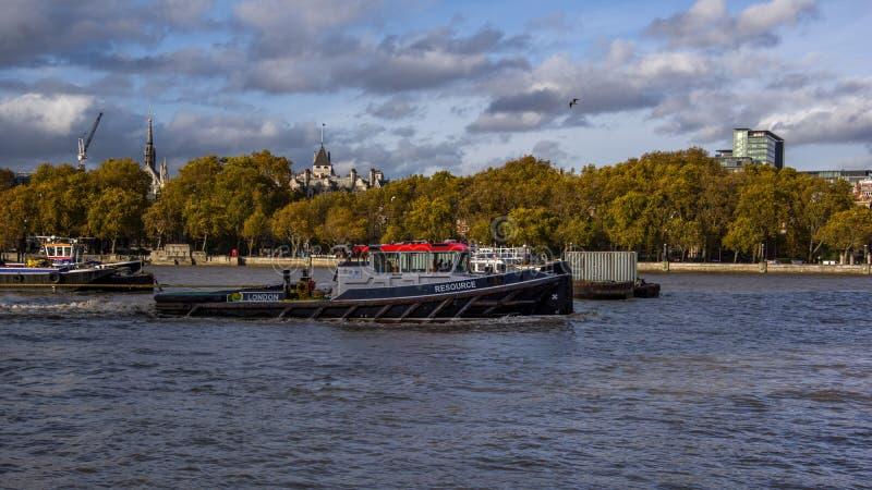 Vista ascendente próxima do rebocador no rio Tamisa Londres, Reino Unido imagens de stock