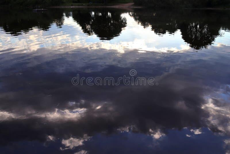 Vista ascendente próxima em uma superfície reflexiva da água com ondas e ondinhas na alta resolução fotografia de stock royalty free