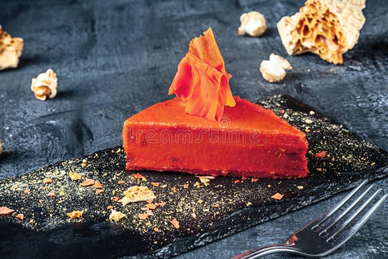 Vista ascendente próxima na fatia de bolo alaranjado O alimento da sobremesa para o café da manhã serviu doces prontos para comer imagens de stock