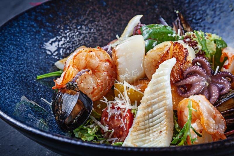 Vista ascendente próxima na salada com o marisco servido na bacia escura Fotografia do alimento para anúncios ou receita Copie o  fotos de stock royalty free