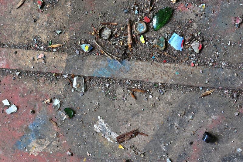 Vista ascendente próxima nas texturas da entulho e do lixo encontradas em um lugar perdido na alta resolução imagens de stock