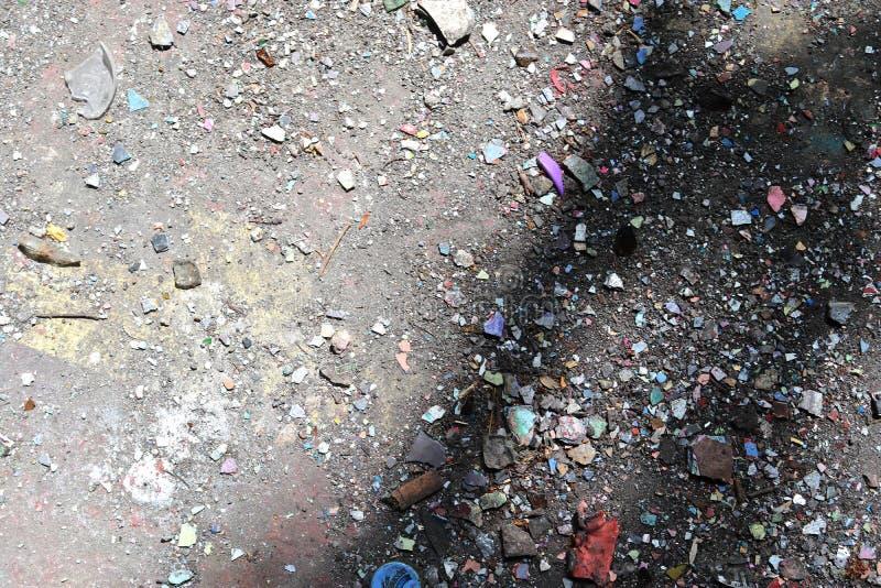 Vista ascendente próxima nas texturas da entulho e do lixo encontradas em um lugar perdido na alta resolução fotografia de stock royalty free