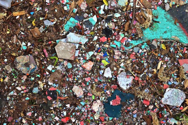 Vista ascendente próxima nas texturas da entulho e do lixo encontradas em um lugar perdido na alta resolução fotografia de stock