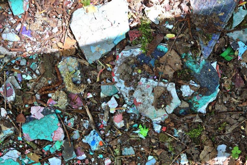 Vista ascendente próxima nas texturas da entulho e do lixo encontradas em um lugar perdido na alta resolução foto de stock royalty free
