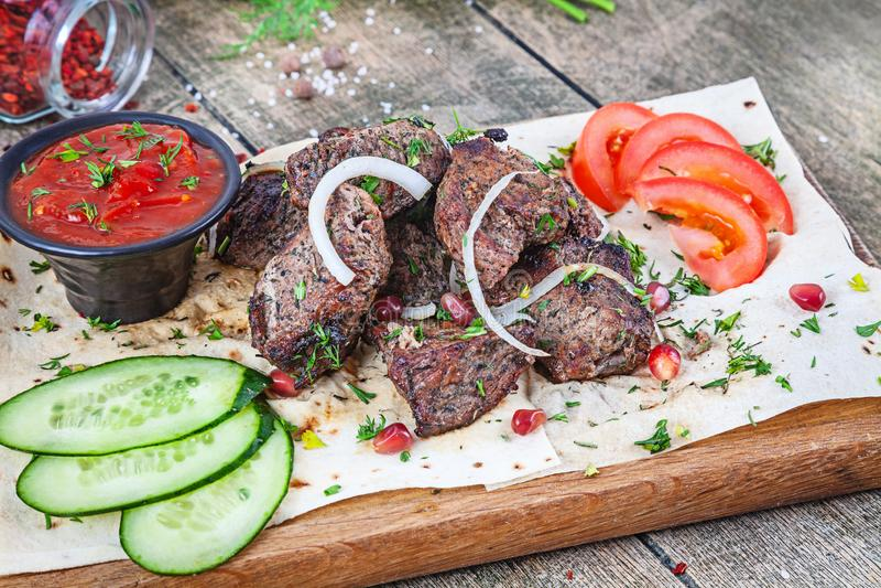 Vista ascendente próxima no servido cozinhado na carne de carneiro da grade carne do shashlik ou do assado com pão árabe No espet fotos de stock