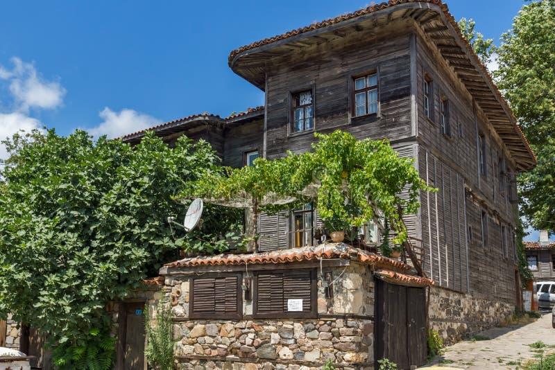 Vista asombrosa de la casa vieja de madera con el frente en la ciudad de Sozopol, región de la vid de Burgas imágenes de archivo libres de regalías