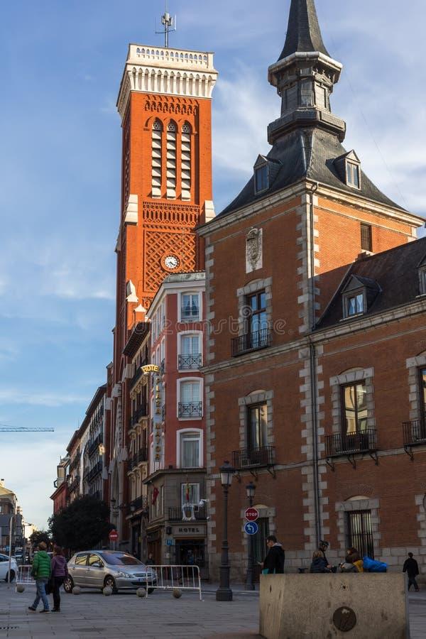 Vista asombrosa de la iglesia de Santa Cruz y del Ministerio de Asuntos Exteriores en la ciudad de Madrid, España imágenes de archivo libres de regalías