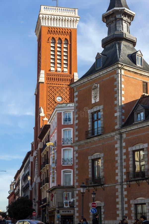 Vista asombrosa de la iglesia de Santa Cruz y del Ministerio de Asuntos Exteriores en la ciudad de Madrid, España imagen de archivo