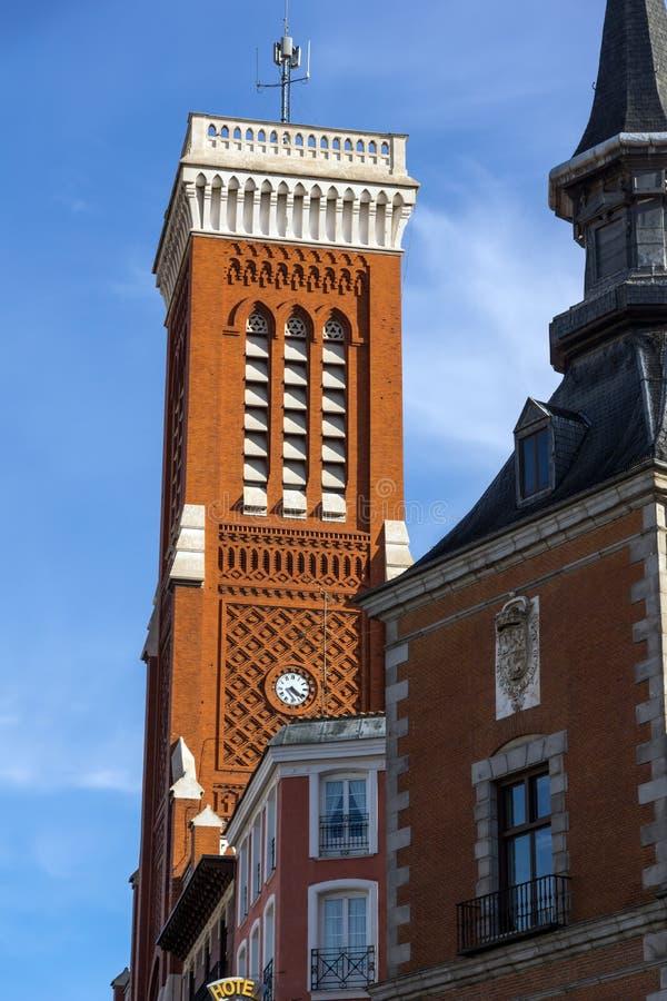 Vista asombrosa de la iglesia de Santa Cruz y del Ministerio de Asuntos Exteriores en la ciudad de Madrid, España fotos de archivo libres de regalías