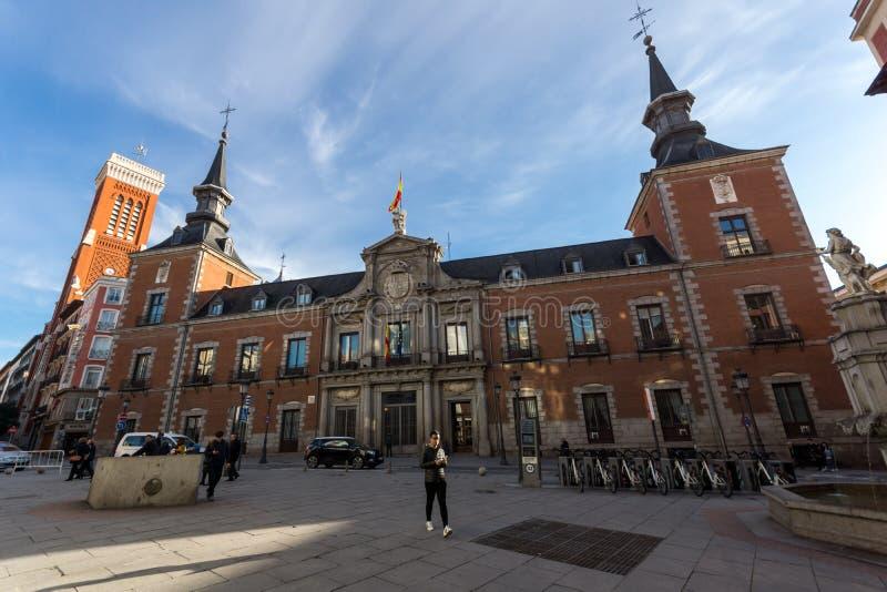 Vista asombrosa de la iglesia de Santa Cruz y del Ministerio de Asuntos Exteriores en la ciudad de Madrid, España imagenes de archivo