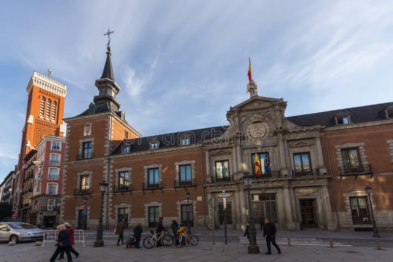 Vista asombrosa de la iglesia de Santa Cruz y del Ministerio de Asuntos Exteriores en la ciudad de Madrid, España foto de archivo