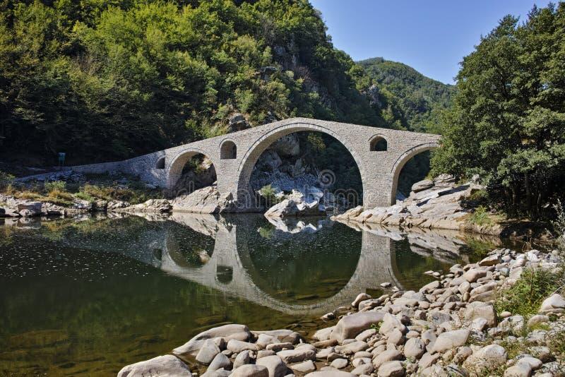 Vista asombrosa de la montaña del puente, de Rhodopes del ` s del diablo y del río de Arda, Bulgaria fotos de archivo libres de regalías