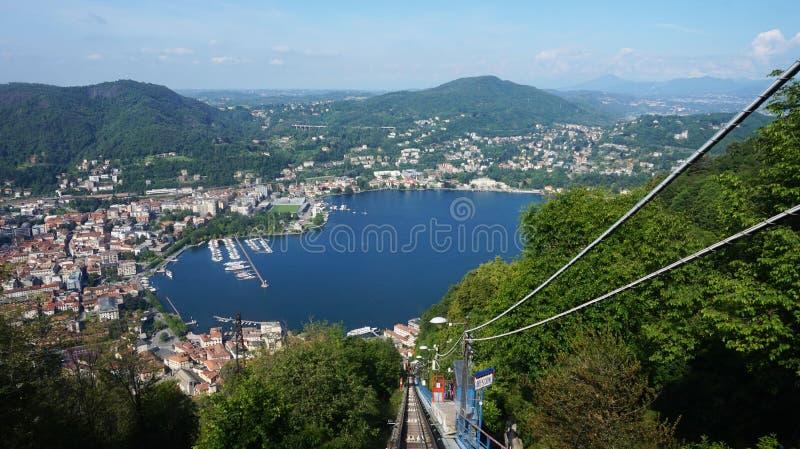 Vista asombrosa de la parada funicular en el lago Como que sube a Brunate, Como, Italia foto de archivo