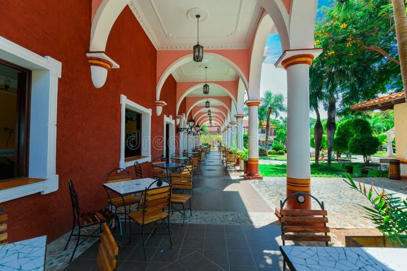 Vista asombrosa de los argumentos coloniales del hotel, café al aire libre elegante retro de invitación hermoso, construyendo fotos de archivo