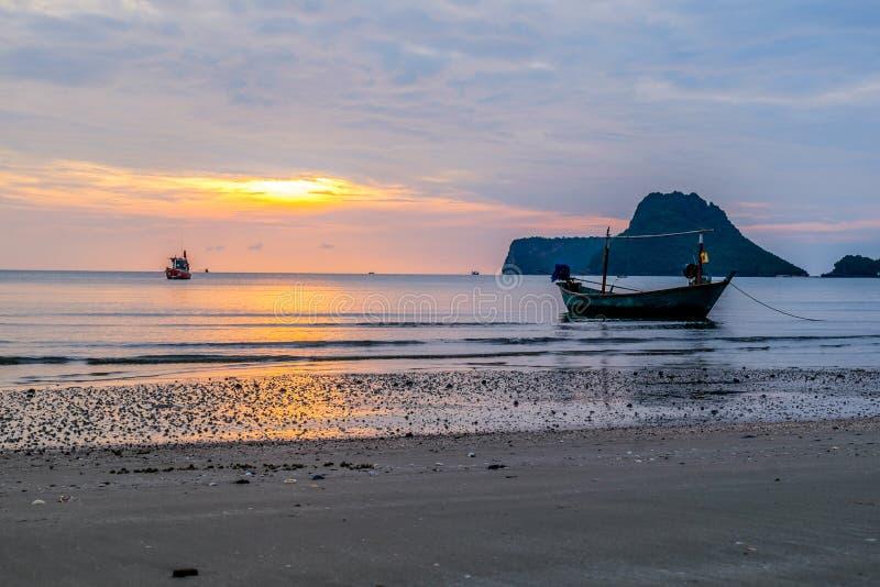 Vista asombrosa del barco de pesca en la puesta del sol fotografía de archivo