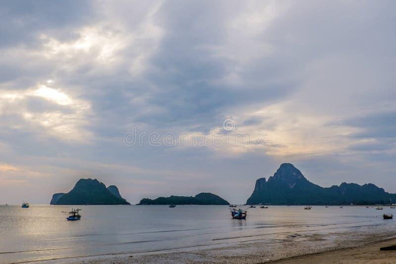 Vista asombrosa del barco de pesca en la puesta del sol en Tailandia foto de archivo libre de regalías