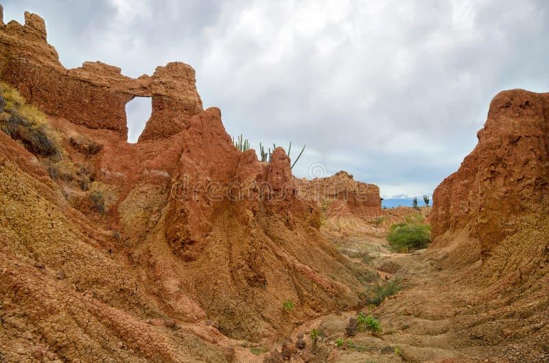 Vista asombrosa del barranco del color anaranjado brillante en el desierto de Tatacoa imagen de archivo