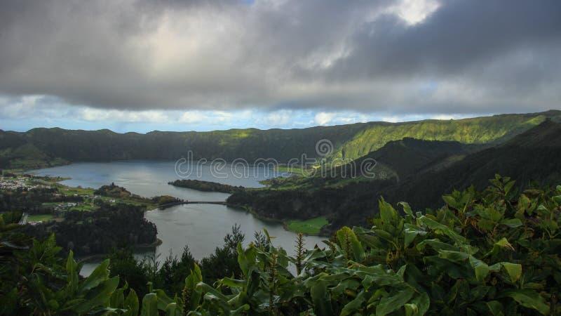 Vista asombrosa del ` de Lagoa das Sete Cidades del ` del lago siete cities en São Miguel Island - Azores - Portugal fotos de archivo