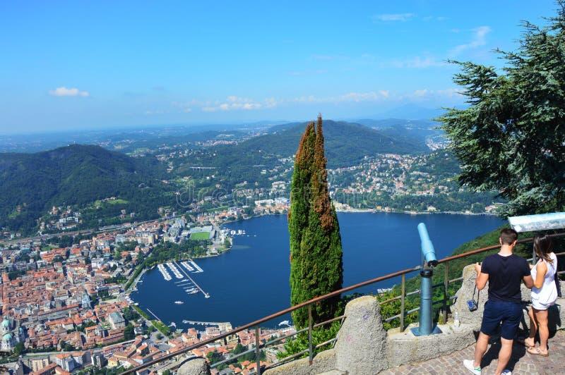 Vista asombrosa del lago Como de Brunate, con el árbol en el centro, el lago Como y la ciudad imagenes de archivo