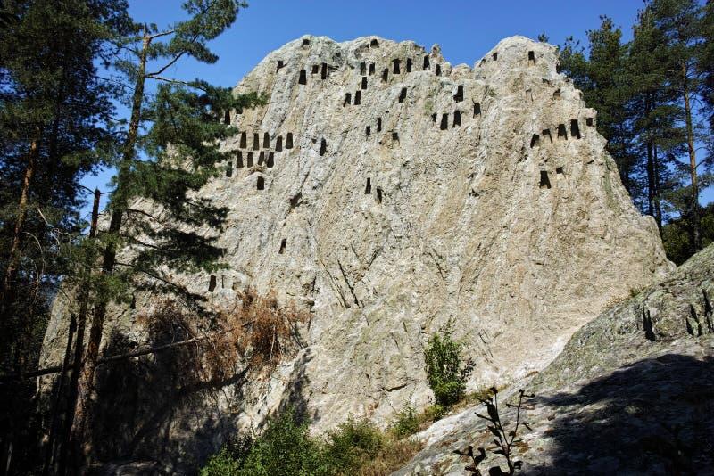 Vista asombrosa del santuario Eagle Rocks de Thracian cerca de la ciudad de Ardino, Bulgaria imágenes de archivo libres de regalías