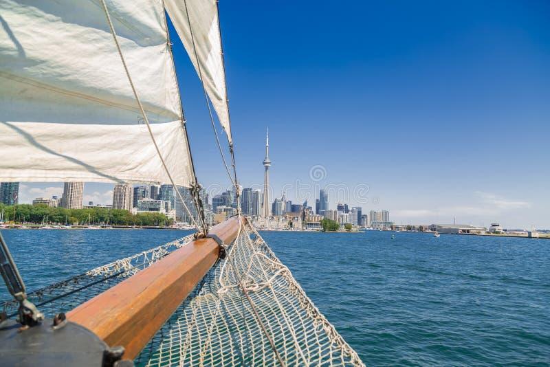 Vista asombrosa imponente de una nariz alta de la nave que viaja en el lago hacia Toronto en el centro de la ciudad foto de archivo libre de regalías