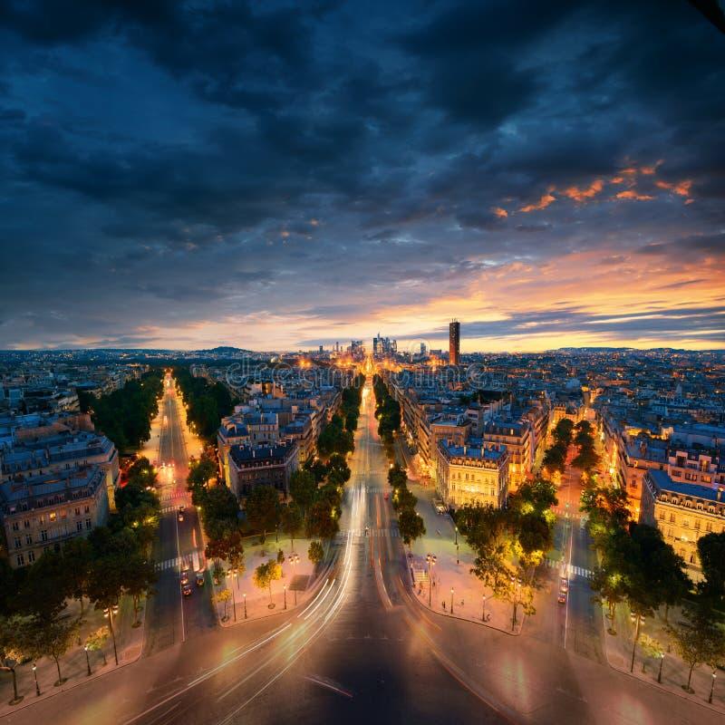 Vista asombrosa a la noche París del arco del Triomphe