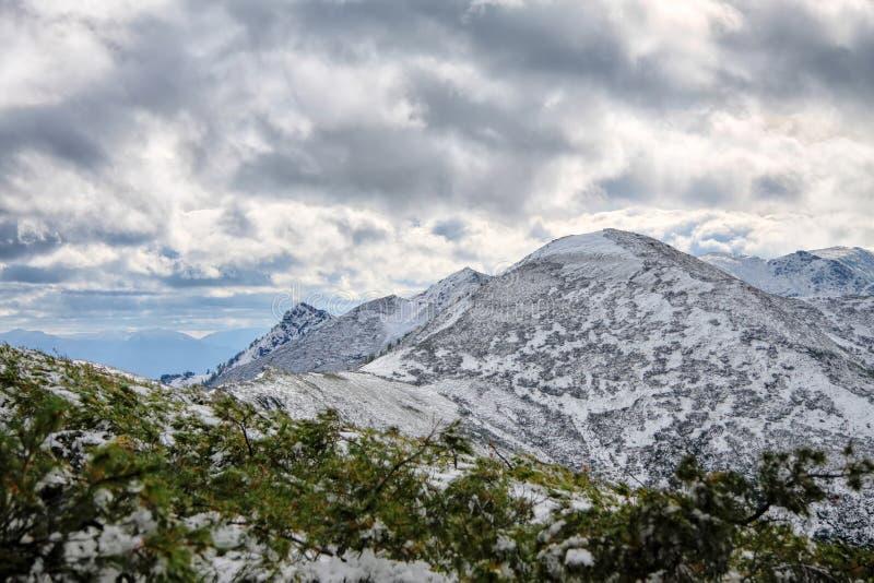 Vista asombrosa a las montañas nevosas fotos de archivo libres de regalías