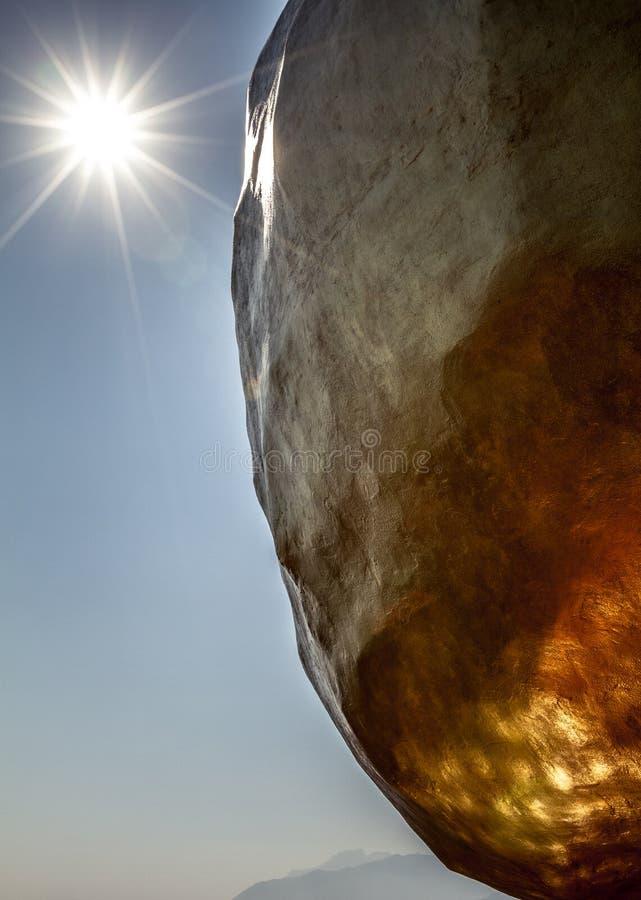 Vista asombrosa y única de la roca de oro con el sol y el rayo de sol en cielo foto de archivo libre de regalías