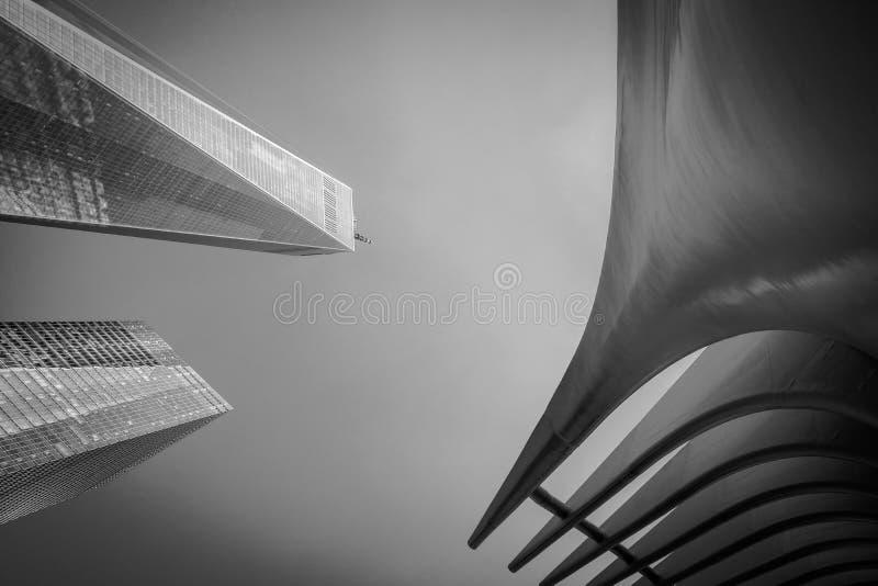 Vista astratta di nuovi Freedom Tower e centro commerciale veduti al ground zero, New York, U.S.A. immagine stock libera da diritti