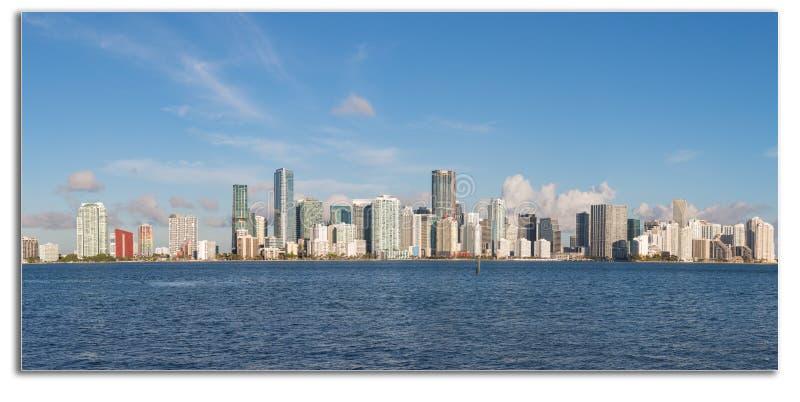 Vista através da baía de Key Biscayne à skyline de Miami imagens de stock
