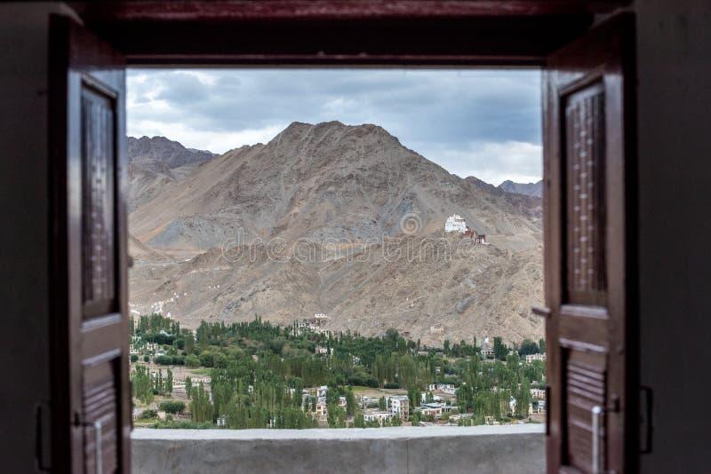Vista através da janela aberta à paisagem bonita imagem de stock royalty free