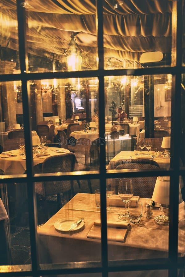 Vista através da janela dentro de um restaurante romântico foto de stock