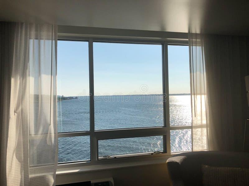 Vista através da janela do hotel no Lago Erie durante o por do sol do verão fotografia de stock