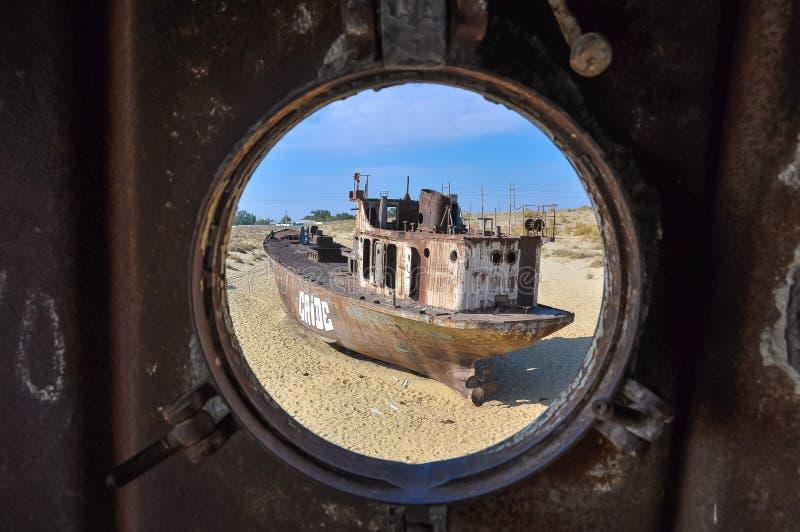 Vista através da janela no navio velho do deserto foto de stock royalty free