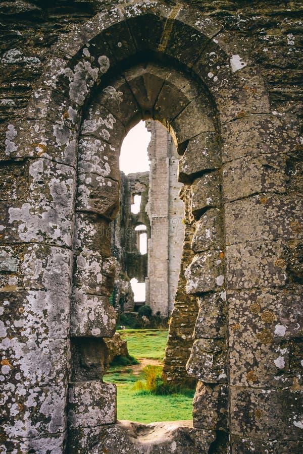 Vista através da janela velha do castelo em ruínas foto de stock royalty free