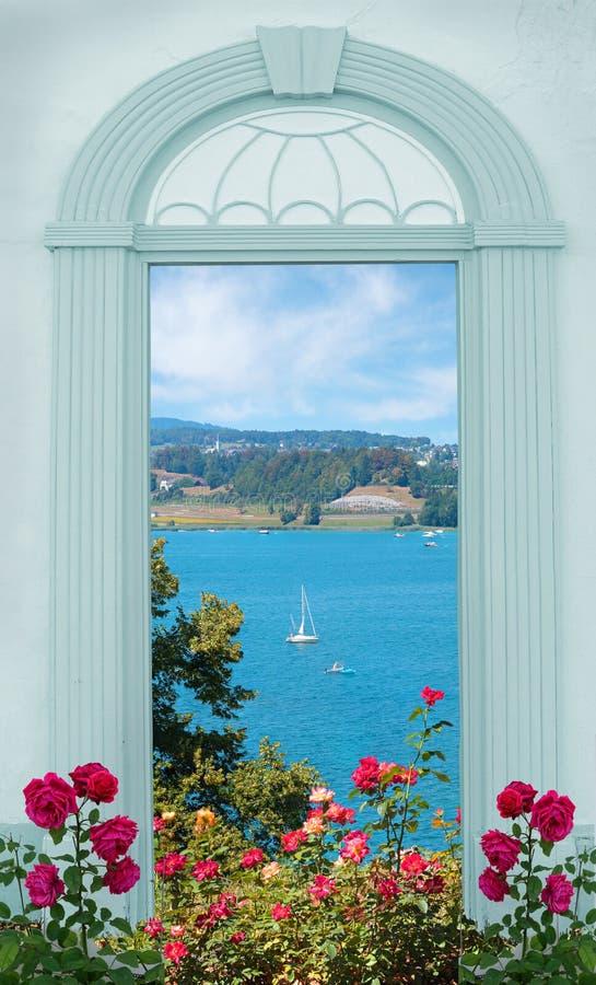 Vista através da porta arqueada, vista ao zurichsee do lago, rosas de florescência foto de stock royalty free